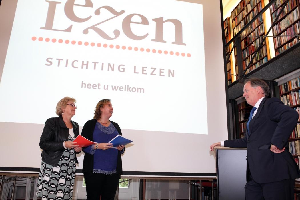 Paul van Meenen krijgt Pabo Open Boek uitgereikt