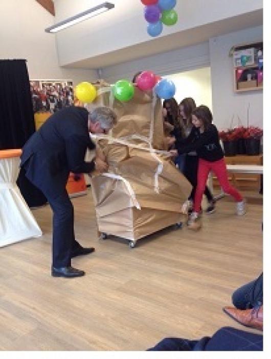commissaris van de Koning, Han Polman, geeft op basisschool Het Mozaïek in Sluiskil het startsein voor het project Lezen is leuk!