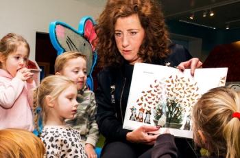 Minister van OCW, Ingrid van Engelshoven, las in het Kinderboekenmuseum voor aan peuters van Kinderopvang 2Samen.