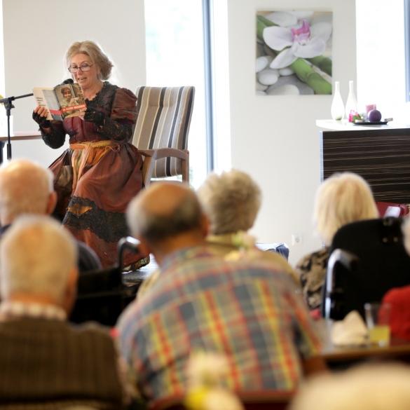 Willeke Alberti leest voor in woonzorgcentrum Castovalva in Almere