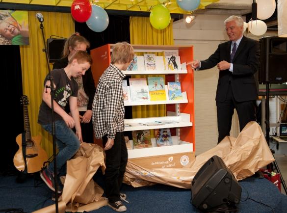 CvdK Max van den Berg onthult samen met kinderen de boekenkast voor Lezen is leuk