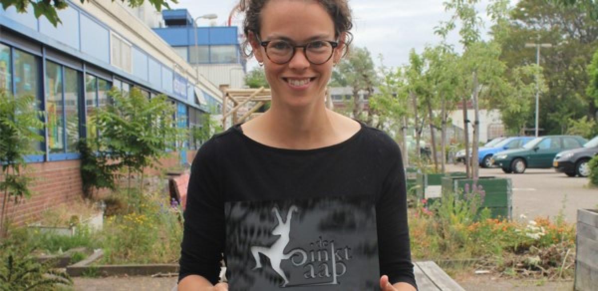 Nina Polak midden in beeld, met de Inktaap trofee in haar handen.